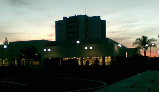 IMSS fachada noche